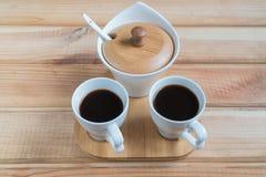 Café Duas xícaras de café em uma tabela de madeira foto de stock
