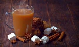 Café, dulces y especias calientes en una tabla de madera vieja Atmósfera de la Navidad comodidad Invierno Imagen de archivo