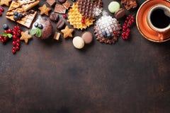 Café, dulces y galletas con las bayas fotos de archivo libres de regalías