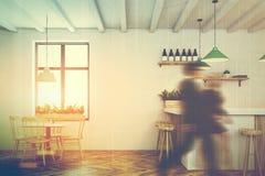 Café e barra brancos, cadeiras de madeira tonificadas Fotografia de Stock Royalty Free