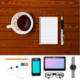 Café e bloco de notas na composição de tabela de madeira Imagem de Stock