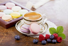 Café e bolinhos de amêndoa franceses foto de stock royalty free