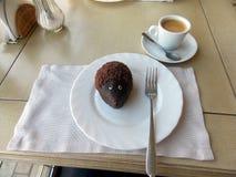 Café e bolo em uma placa na tabela imagem de stock royalty free