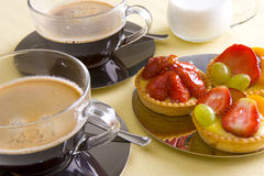 Café e bolo frescos Fotos de Stock Royalty Free