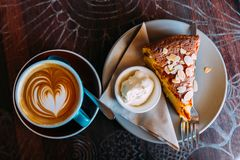 Café e bolo Sobremesa, cappuccino Fotografia de Stock Royalty Free