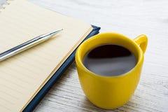 Café e caderno Fotos de Stock Royalty Free
