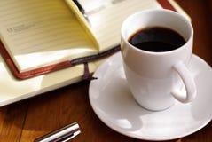 Café e caderno Foto de Stock