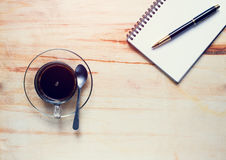 Café e caderno com a pena em de madeira Imagens de Stock