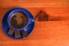 Café e chocolate em uma tabela de madeira Fotografia de Stock