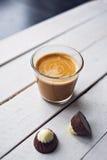 Café e chocolate na tabela branca Imagens de Stock