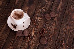 Café e cookies em uma tabela de madeira Foto de Stock Royalty Free