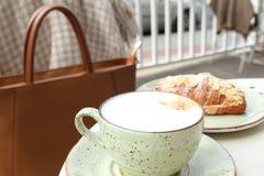 Café e croissant Imagem de Stock Royalty Free