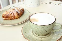 Café e croissant Fotos de Stock Royalty Free