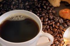 Café e croissant quentes na tabela de madeira Fotos de Stock