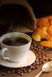 Café e croissant quentes na tabela de madeira Fotos de Stock Royalty Free