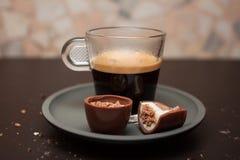 Café e doces de chocolate deliciosos foto de stock royalty free