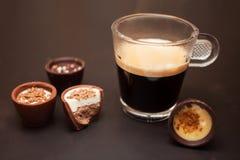 Café e doces de chocolate deliciosos imagens de stock royalty free