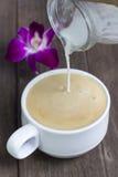 Café e doces a saboroso em um assoalho de madeira Fotografia de Stock Royalty Free
