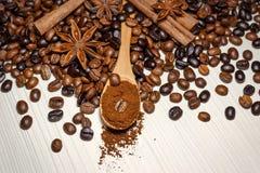 Caf? e especiarias em uma tabela de madeira clara imagens de stock