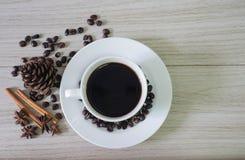 Café e feijões de café quentes pretos foto de stock royalty free