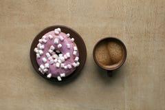 Café e filhós cor-de-rosa na tabela Imagem de Stock