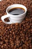 Café e grão de café do copo fotografia de stock royalty free