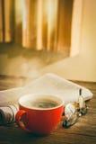 Café e jornal fotografia de stock