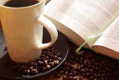 Café e livro Fotografia de Stock Royalty Free