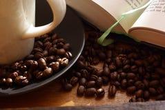Café e livro aberto fotografia de stock royalty free