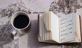 café e livro com umas citações foto de stock
