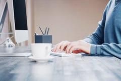 Café e mãos de datilografia Fotos de Stock Royalty Free