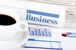 Café e o jornal fresco imagens de stock royalty free
