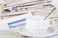 Café e o jornal fresco - manhã do homem de negócios fotografia de stock