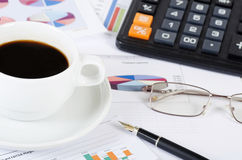Café e o jornal fresco - manhã do homem de negócios fotografia de stock royalty free