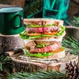 Café e sanduíche caseiro para o lenhador Fotos de Stock
