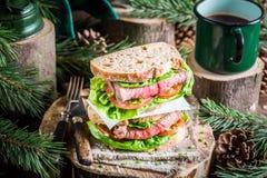 Café e sanduíche caseiro para o lenhador Fotografia de Stock