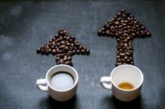 Café e seta dos feijões de café Mova da energia Tendência acima da energia Seta e gráfico fotografia de stock royalty free