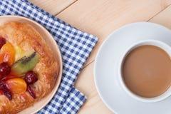 Café e sobremesas no fundo de madeira Imagem de Stock Royalty Free