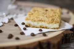 Café e torta da grão no corte de madeira Foto de Stock Royalty Free
