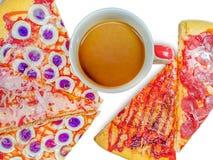Café e torta no fundo branco imagem de stock