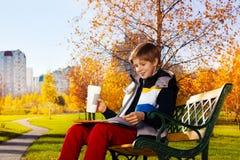 Café e trabalhos de casa no parque Fotografia de Stock Royalty Free