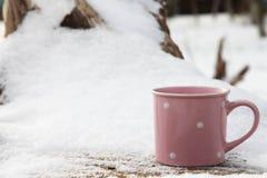Café em um copo de às bolinhas cor-de-rosa Imagem de Stock