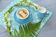 Café em um guardanapo bonito e em flores a menina dos pares das silhuetas do desenho e o indivíduo no café surgem Foto de Stock Royalty Free