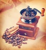 Café em um moedor de café Versão retro do estilo do moderno do vintage foto de stock