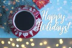 Café em uma caneca vermelha do Natal no fundo do bkue a vista superior fotografia de stock