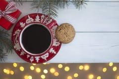 Café em uma caneca vermelha do Natal em um fundo branco a vista superior foto de stock royalty free