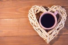 Café em uma grinalda tecida do coração imagem de stock