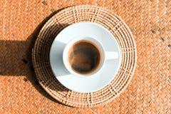 Café em uns copos de café branco Fotos de Stock