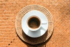 Café em uns copos de café branco Foto de Stock Royalty Free