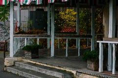 Café en bois de rue fermée en automne image libre de droits
